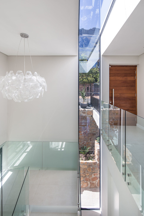 HOUSE  I  CAMPS BAY, CAPE TOWN  I  MARVIN FARR ARCHITECTS:  Corridor & hallway by MARVIN FARR ARCHITECTS,