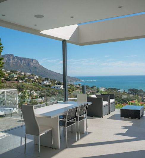 HOUSE  I  CAMPS BAY, CAPE TOWN  I  MARVIN FARR ARCHITECTS:  Patios by MARVIN FARR ARCHITECTS, Modern