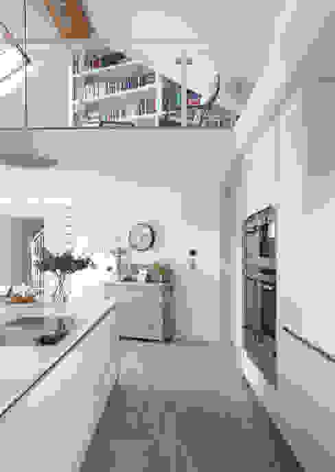 White Kitchen Modern kitchen by Designer Kitchen by Morgan Modern