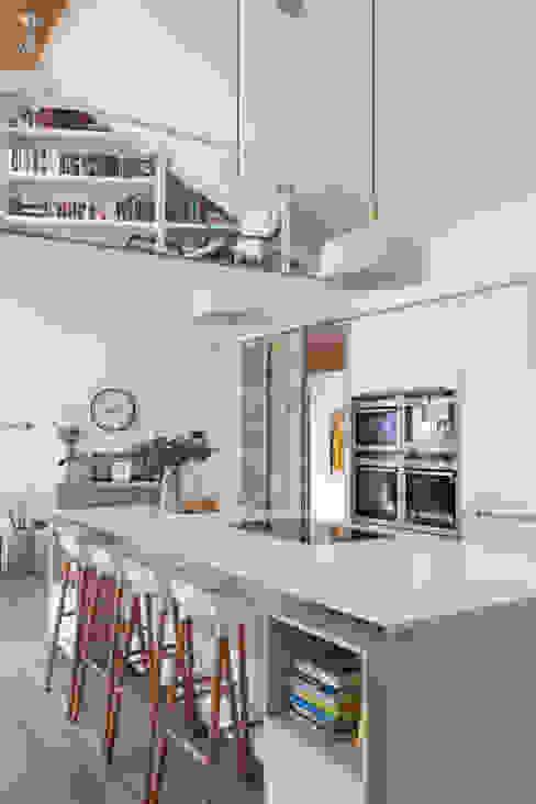 White Kitchen Pasillos, vestíbulos y escaleras modernos de Designer Kitchen by Morgan Moderno