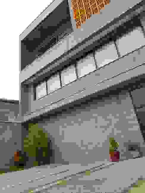 fachada com bloco e concreto aparente Casas rústicas por Metamorfose Arquitetura e Urbanismo Rústico Concreto