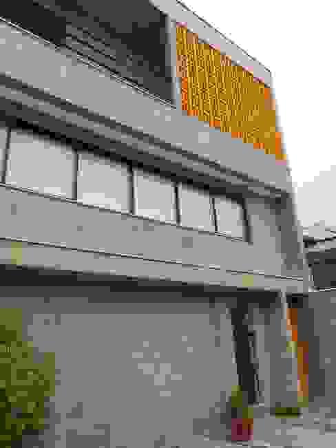 fachada com bloco, concreto aparente e cobogós Casas rústicas por Metamorfose Arquitetura e Urbanismo Rústico