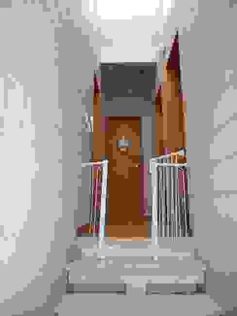 Corredor com iluminação natural por meio da clarabóia. Corredores, halls e escadas rústicos por Metamorfose Arquitetura e Urbanismo Rústico