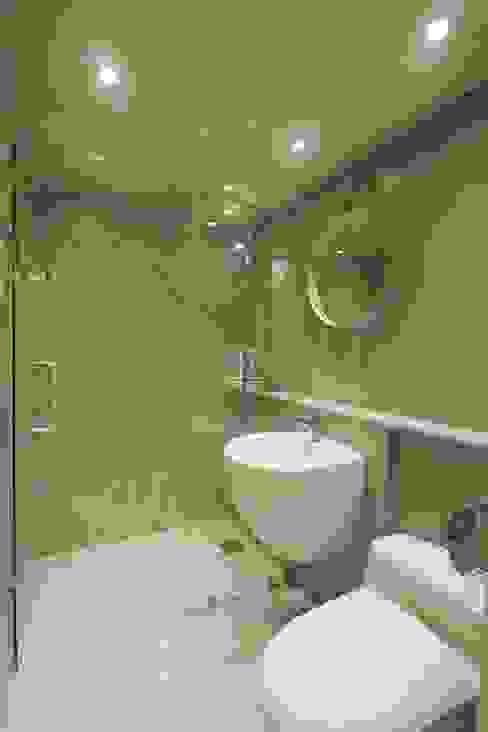 Skandynawska łazienka od 홍예디자인 Skandynawski