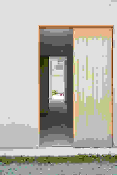 住居と園庭 モダンな 窓&ドア の 松浦荘太建築設計事務所 モダン