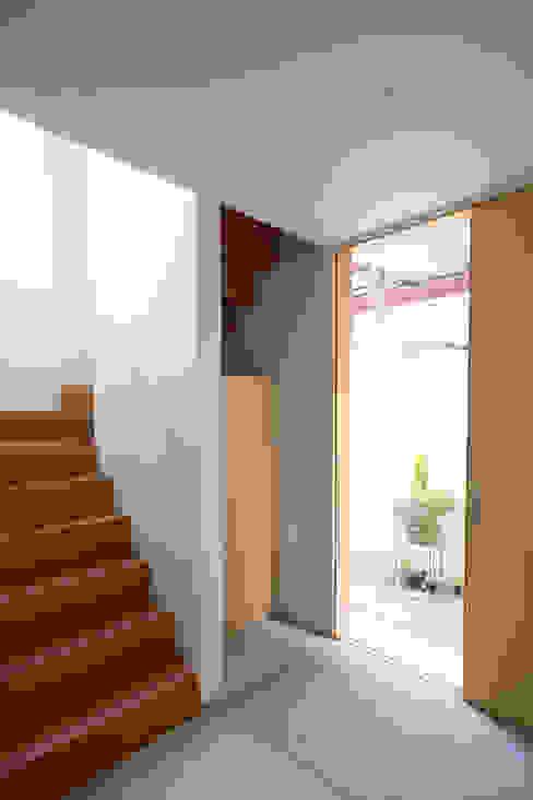 住居と園庭 松浦荘太建築設計事務所 モダンスタイルの 玄関&廊下&階段