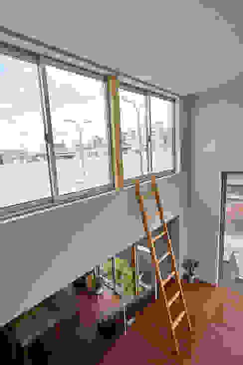 住居と園庭 モダンデザインの テラス の 松浦荘太建築設計事務所 モダン