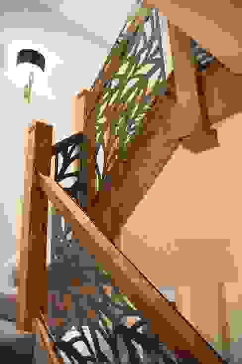 Laser cut screens - Balustrade infill - Frond design Pasillos, vestíbulos y escaleras modernos de miles and lincoln Moderno