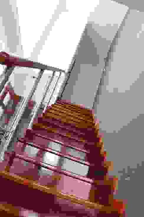 Escalera enchapada en madera Pasillos, vestíbulos y escaleras de estilo minimalista de Soluciones Técnicas y de Arquitectura Minimalista Madera Acabado en madera