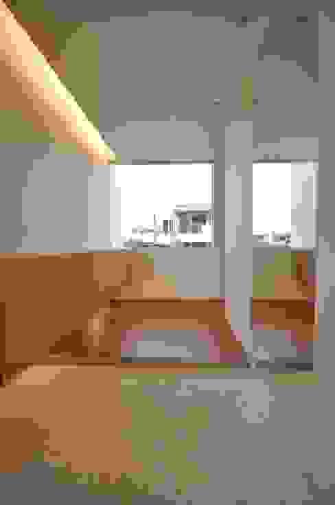 HG-HOUSE: 門一級建築士事務所が手掛けた廊下 & 玄関です。,モダン 石灰岩