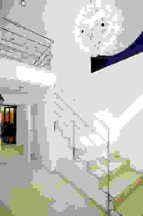 Escalera Pasillos, vestíbulos y escaleras de estilo minimalista de ABAD Y COTONER, S.L. Minimalista