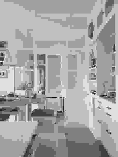 Relación de la cocina con el lavadero con área de planchado Cocinas de estilo rústico de DEULONDER arquitectura domestica Rústico