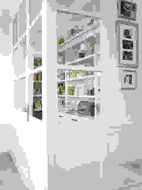 Completa despensa Cocinas rústicas de DEULONDER arquitectura domestica Rústico