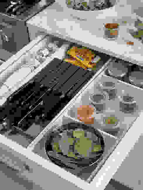 Cajón para las especias y cuchillos Cocinas de estilo rústico de DEULONDER arquitectura domestica Rústico