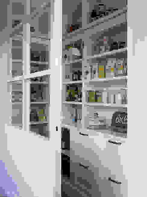 La despensa combina módulos abiertos y cerrados Cocinas de estilo rústico de DEULONDER arquitectura domestica Rústico