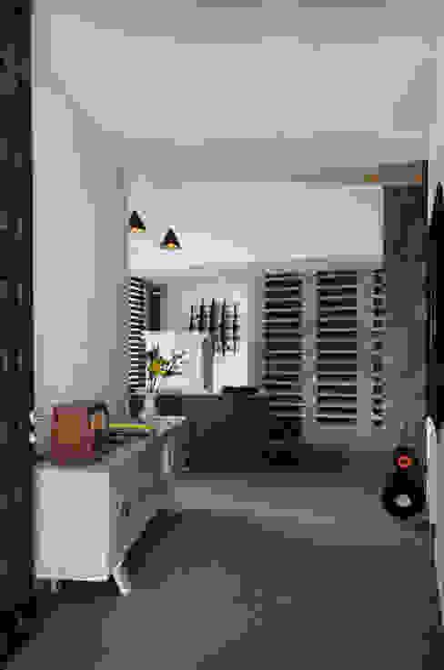 現代風玄關、走廊與階梯 根據 VMArquitectura 現代風 水泥