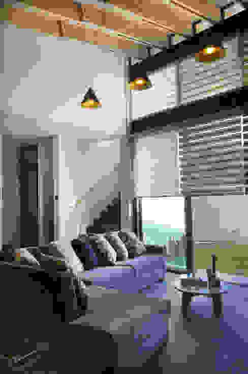 现代客厅設計點子、靈感 & 圖片 根據 VMArquitectura 現代風 水泥