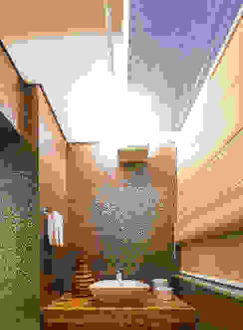 Flaviane Pereira Modern bathroom Glass Brown
