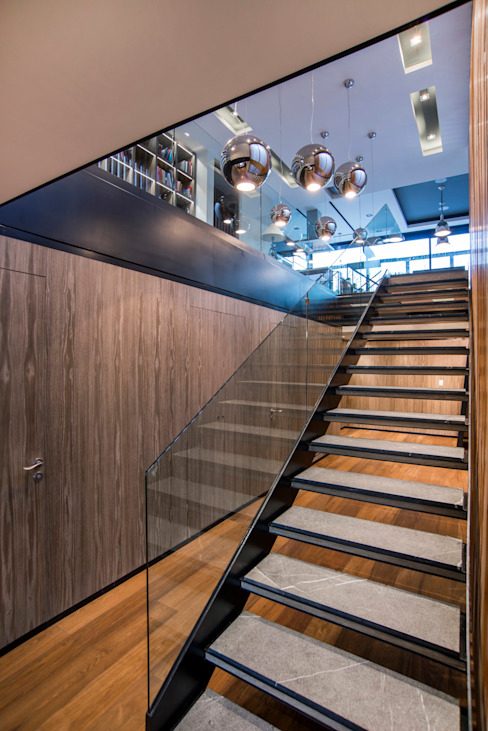 Pasillos, vestíbulos y escaleras de estilo moderno de Sobrado + Ugalde Arquitectos Moderno