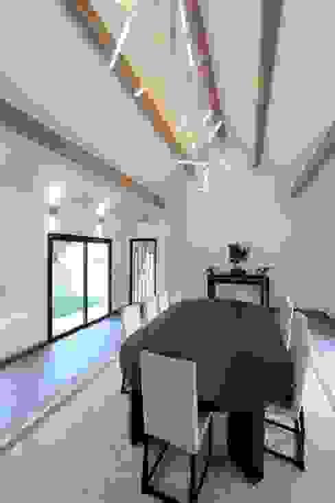 Rénovation d'une maison traditionnelle en maison moderne et luxueuse: Salle à manger de style  par Archionline, Moderne