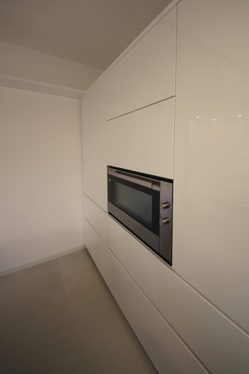 Parete colonne Cucina minimalista di Falegnameria Ferrari Minimalista