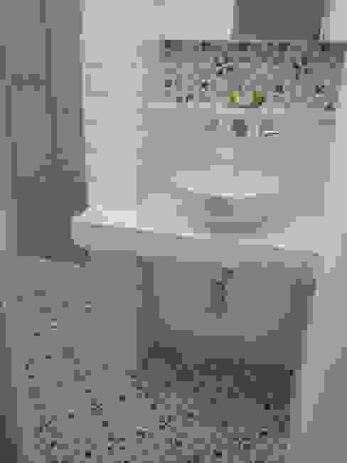 banheiro da suíte Margareth Salles Banheiros modernos Azulejo Branco