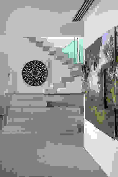 モダンスタイルの 玄関&廊下&階段 の Gisele Taranto Arquitetura モダン