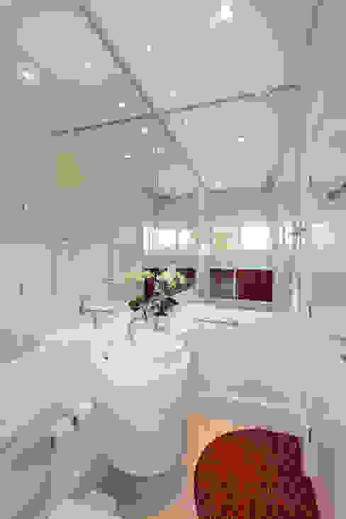 Baños modernos de Arquiteto Aquiles Nícolas Kílaris Moderno Mármol