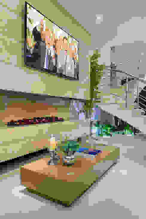 غرفة الميديا تنفيذ Designer de Interiores e Paisagista Iara Kílaris, حداثي رخام