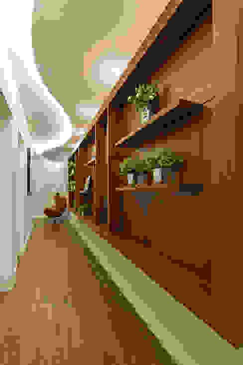 الممر والمدخل تنفيذ Designer de Interiores e Paisagista Iara Kílaris, حداثي خشب Wood effect