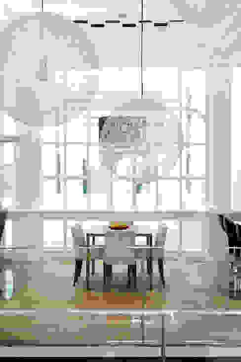 vue sur la salle à mangé depuis le salon Salle à manger moderne par BE-DESIGNER Moderne