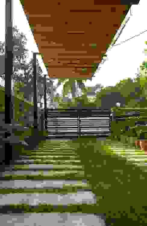 Manuj Agarwal Architects Residence cum Studio, Dehradun Country style garage/shed by Manuj Agarwal Architects Country