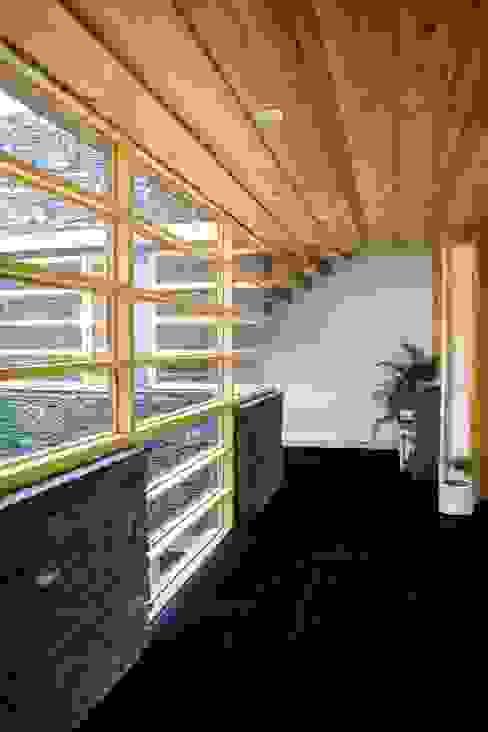 Manuj Agarwal Architects Residence cum Studio, Dehradun Country style walls & floors by Manuj Agarwal Architects Country