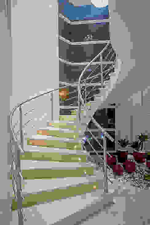 Pasillos y recibidores de estilo  por Arquiteto Aquiles Nícolas Kílaris, Moderno Mármol