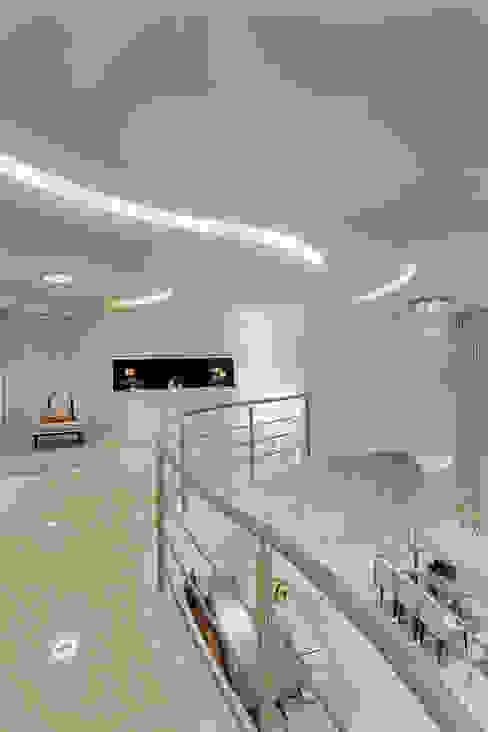 Pasillos y vestíbulos de estilo  de Arquiteto Aquiles Nícolas Kílaris