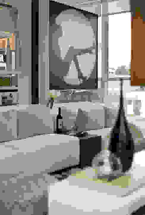 SETIN_MIDTOWM 42m²: Salas de estar  por Chris Silveira & Arquitetos Associados