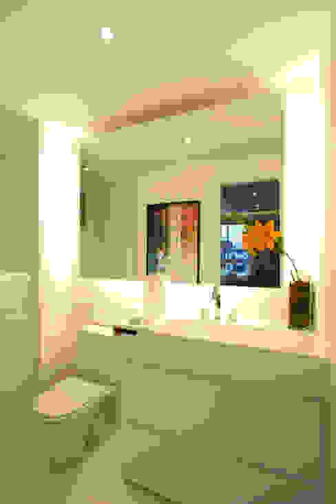 SETIN_MIDTOWM 42m²: Banheiros  por Chris Silveira & Arquitetos Associados