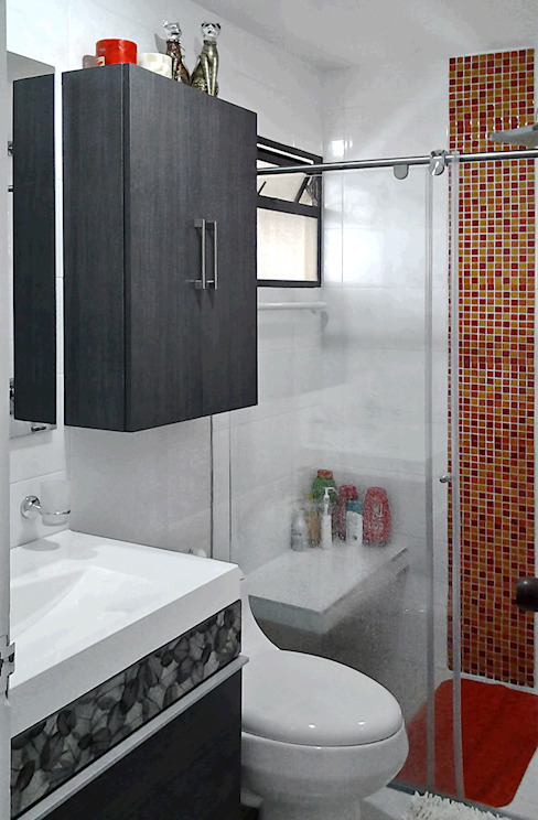 Baño con toque de color: Baños de estilo  por Remodelar Proyectos Integrales,