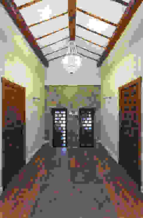 House on vineyards Raul Garcia Studio Rustykalny korytarz, przedpokój i schody