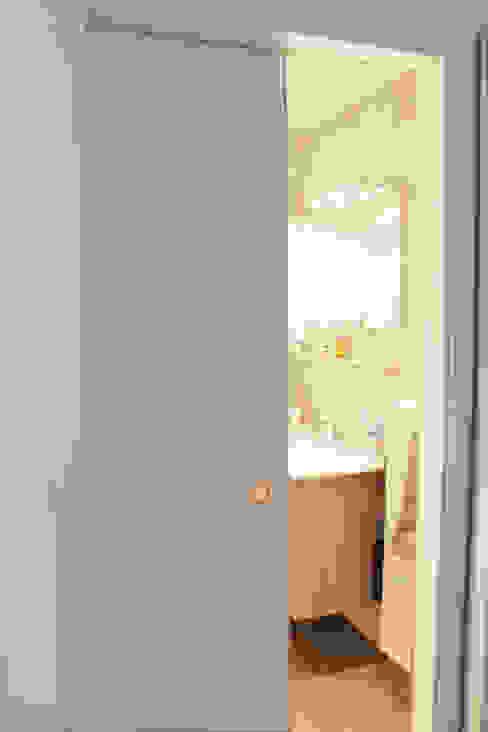 Ванная комната в стиле модерн от Agence ADI-HOME Модерн Дерево Эффект древесины