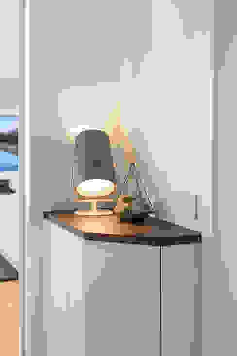 Eingangsbereich/Ablage Kathameno Interior Design e.U. Moderner Flur, Diele & Treppenhaus