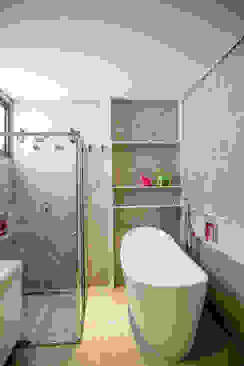 Contemporânea e de volumetria imponente Banheiros modernos por Camila Castilho - Arquitetura e Interiores Moderno