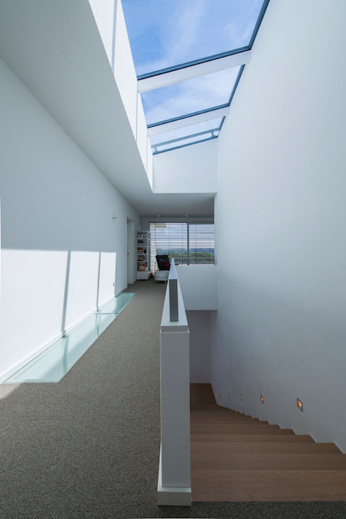 Nowoczesny korytarz, przedpokój i schody od KitzlingerHaus GmbH & Co. KG Nowoczesny Deski kompozytowe Przeźroczysty