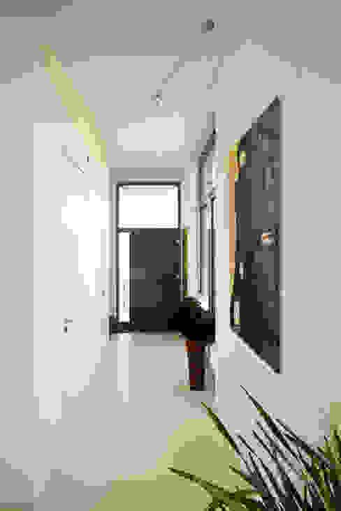 Modern corridor, hallway & stairs by ARCHITEKTEN BRÜNING REIN Modern