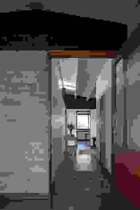 Modern Corridor, Hallway and Staircase by SUN Arquitectos Modern