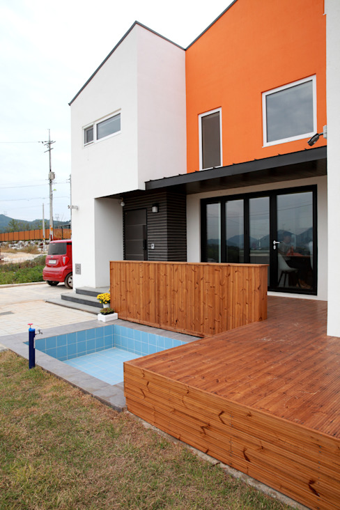 Balcones y terrazas modernos de 주택설계전문 디자인그룹 홈스타일토토 Moderno Madera Acabado en madera