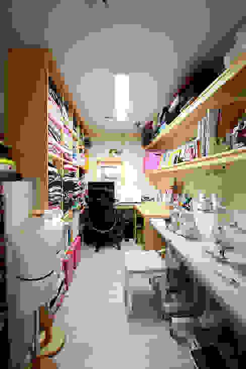 옷을 만드는 홈팩토리 미싱룸 모던스타일 드레싱 룸 by 주택설계전문 디자인그룹 홈스타일토토 모던
