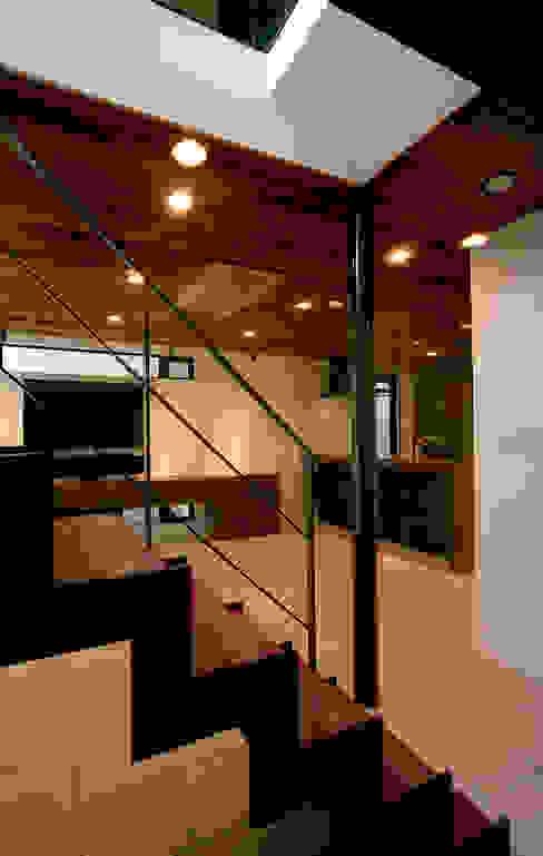 玄関・LDK・階段: 大坪和朗建築設計事務所  Kazuro Otsubo Architects が手掛けた廊下 & 玄関です。,