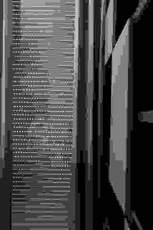 Persiana cerrada con lamas abiertas: Puertas y ventanas de estilo  por Fensteq,