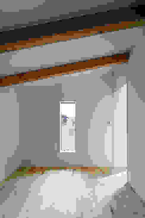 Спальня в эклектичном стиле от hm+architects 一級建築士事務所 Эклектичный